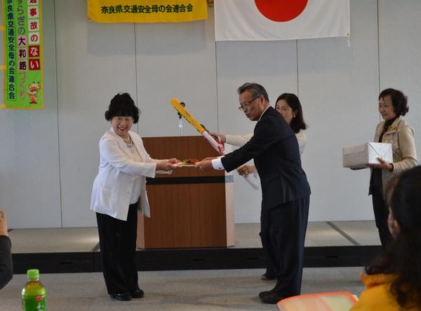 奈良県交通安全母の会連合会に「ありがとう!横断指導旗」等を贈呈