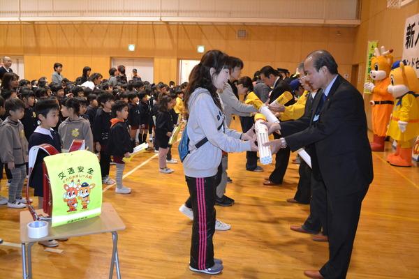 五條市で新入学児童に対する安全教室を開催し、ランドセルカバー等をプレゼントしました