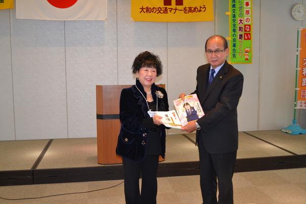奈良県交通安全母の会連合会に「運転免許自主返納ガイド」等を贈呈
