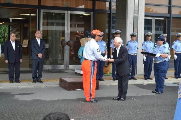 秋の交通安全県民運動出発式で啓発用車両マグネットシート寄贈
